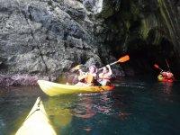Remando alrededor de la cueva