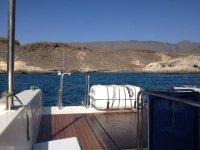 Escalera en el barco para bajar al mar