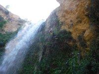 Parado paralelo a la cascada