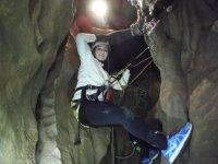 休息你的脚在洞穴抓着绳索