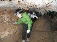 缩在洞穴通过画廊传递照明