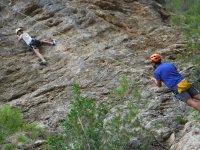 Ayudando al joven escalador