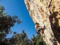 Practicando escalada en roca