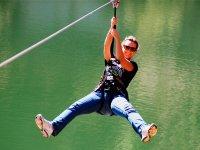 Tirolina sobre el lago