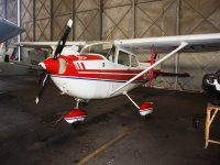 Avioneta en el hangar