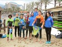 Alumnos del surfcamp con neopreno
