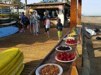 佩克诺学生对在surfcamp冲浪营地冲浪营地设施:新鲜水果