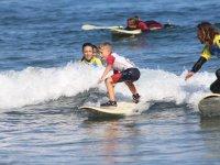 Pequeno alumno sobre las olas