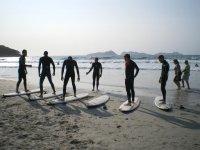 Lezione di surf sulla sabbia