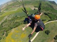 姥树丛在空中瞬间起飞前滑翔伞