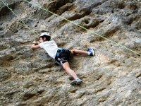 Chico escalando en la montana