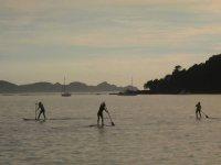 Il gruppo pratica il paddle surf