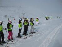 Alumnos de esqui en la nieve