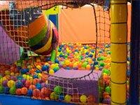 Gran piscina con bolas de colores