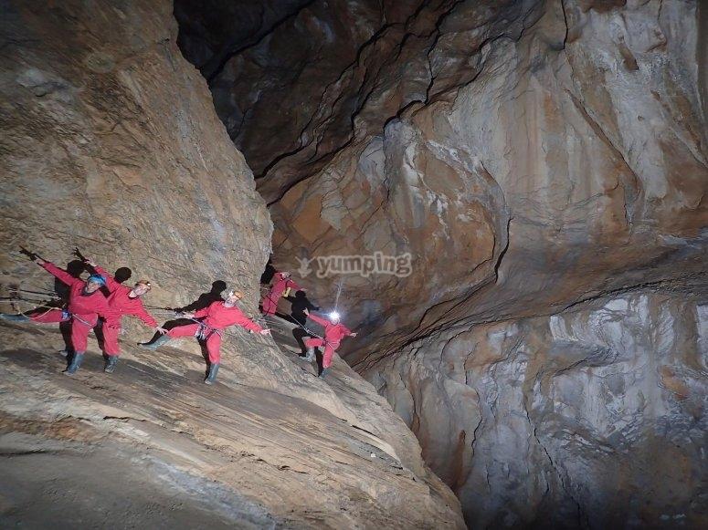 Aventureros dentro de la cueva