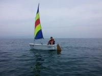 Peque en barco de vela