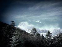 La bruma sobre las cumbres nevadas