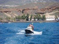打开tinerfena海岸上的航海摩托车