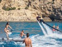 Amigos en Ibiza probando diferentes actividades de agua
