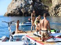 Diversión con amigos en el Mediterráneo