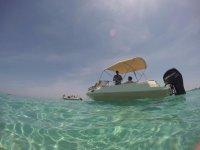 Paseo en barco en aguas cristalinas