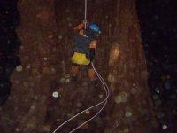 bajando en el interior de la cueva