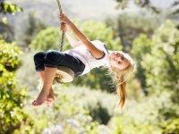 Chica jugando en la cuerda