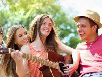 Sonriendo y tocando la guitarra