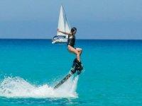Chica haciendo su primer vuelo en el mar