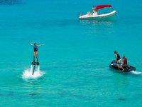 Haciendo flyboard en la isla de Formentera