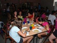 Comiendo sopa en el campamento