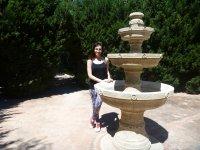 Posando junto a la fuente