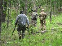 Soldados de paintball tomando posicion