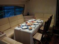 在游艇上享用晚餐