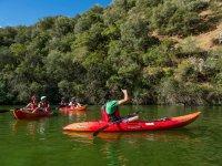 Dando indicaciones en kayak