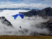 Parapente sobre las nubes bajas
