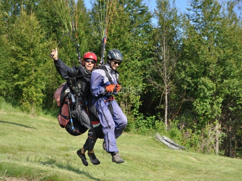 Instructor and student during the paragliding flight