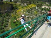 Chica saltando hacia atras en Alicante