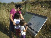 Leyendo el cartel sobre los dolmenes