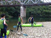 Preparando las canoas