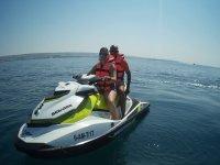 Chica con su pareja en el jet ski