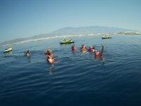 Refrescandose en el mar con chalecos