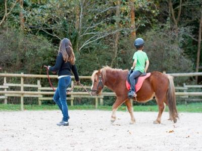 孩子们在Zestoa骑马与女性1小时