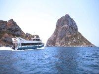 Recorriendo las islaspitiusas en barco