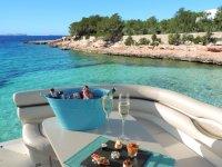 Aperitivos a bordo del barco en Ibiza