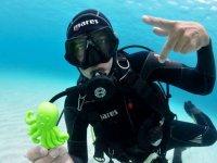 Con el pulpo de juguete bajo el agua