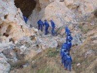 preparazione della discesa in grotta.JPG