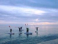 SUP练习在沙滩上