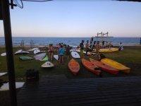 Kayaks a las puertas de la escuela