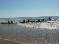 Kayaks en fila tras el monitor